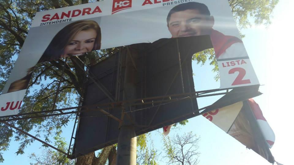 Desesperados adversarios destruyen carteles de Sandra Zacarias y Pedro Alliana en Ciudad del Este.
