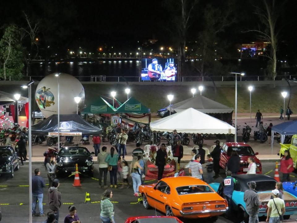 Anfiteatro municipal de CDE recibió a la primera exposición de autos y motos antiguas.