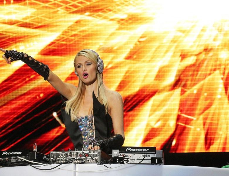 La famosa Paris Hilton toca esta noche en Paraguay. La multimillonaria viene en su faceta de Dj.