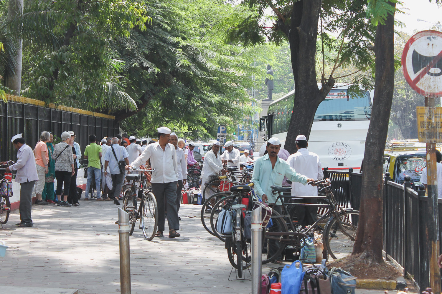 dabbawalas of mumbai The famous 'dabbawalas of mumbai' celebrated the royal wedding of prince harry and meghan markle by distributing sweets to patients.