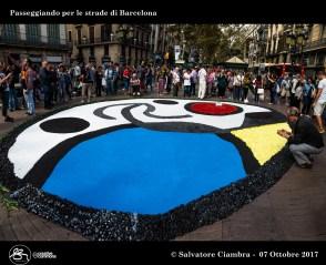 La città di Barcelona ricorda le vittime dell'attentato sulla Rambla con una infiorata. Questa la risposta della città all'odio che i terroristi hanno seminato sullo storico viale nel centro del capoluogo catalano, dove il 17 agosto un furgone ha investito turisti e passanti uccidendo 13 persone e ferendone oltre 100.