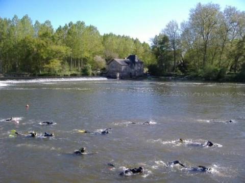 Vidéo sur une descente de la Mayenne en nage avec palmes