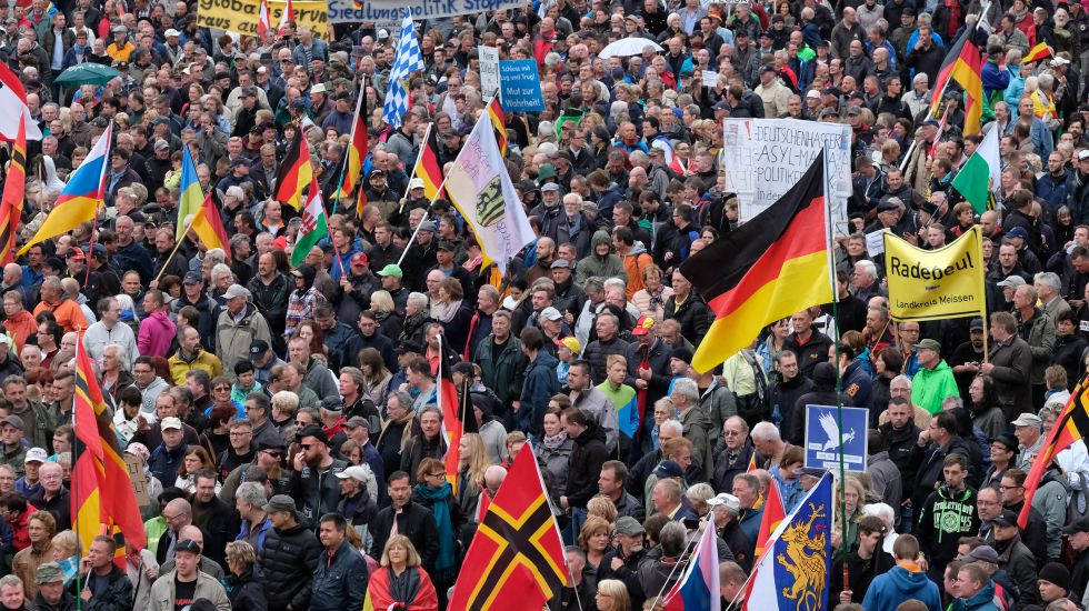 Pegida-Demonstranten am Tag der Deutschen Einheit in Dresden / picture alliance