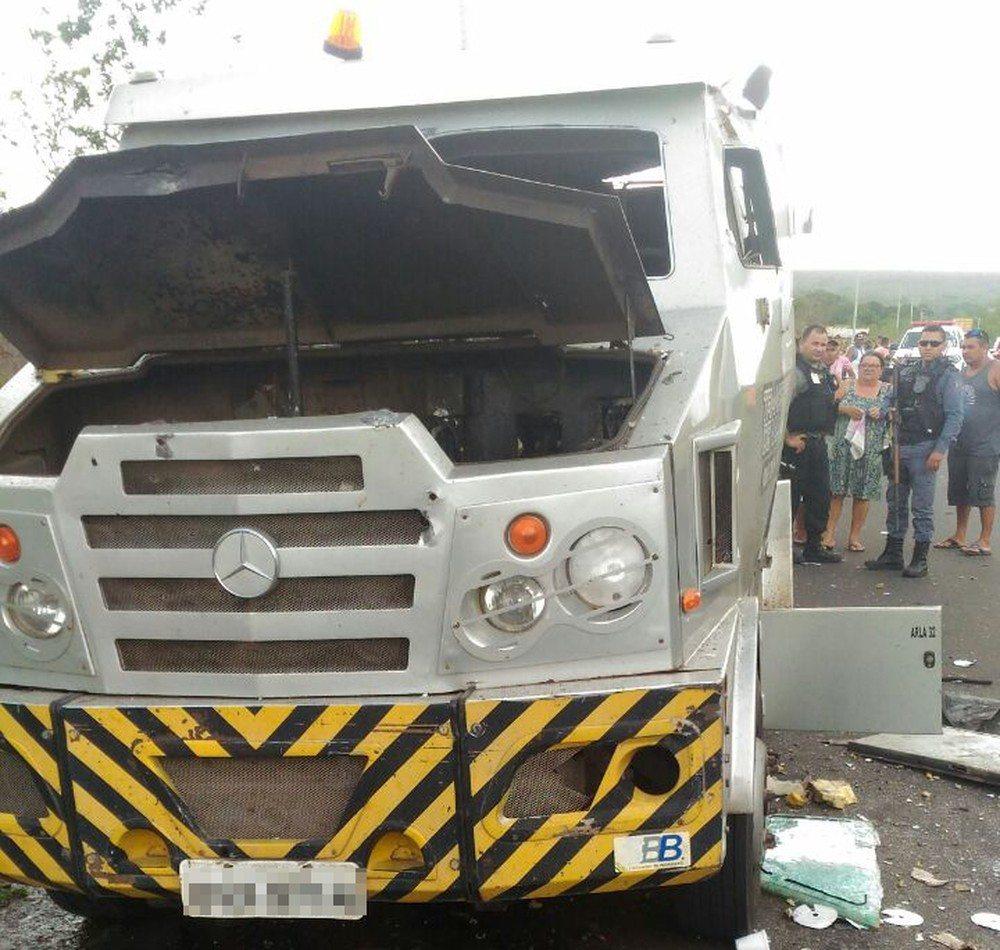 Carro-forte é fuzilado e assaltantes levam o dinheiro no Maranhão