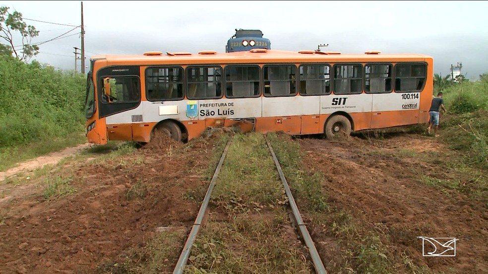 Ônibus é atropelado por trem de carga em São Luís
