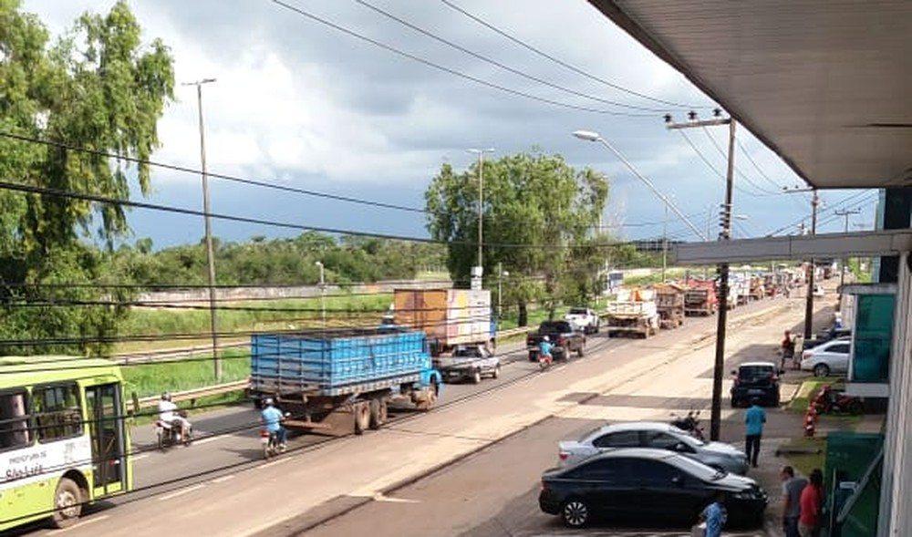 Em protesto, caminhoneiros interditam rodovias no Maranhão