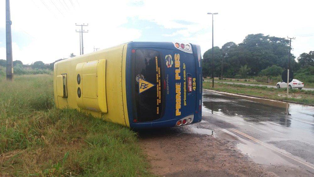 Ônibus tomba na BR-135 no Maranhão