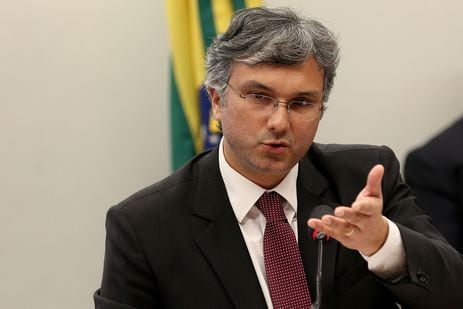 Ministro diz que projeção de salário mínimo em R$ 1.002 está mantida