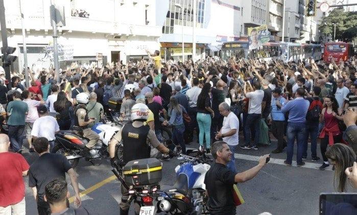 Jair Bolsonaro sofre atentado em caminhada em Juiz de Fora e passa por cirurgia