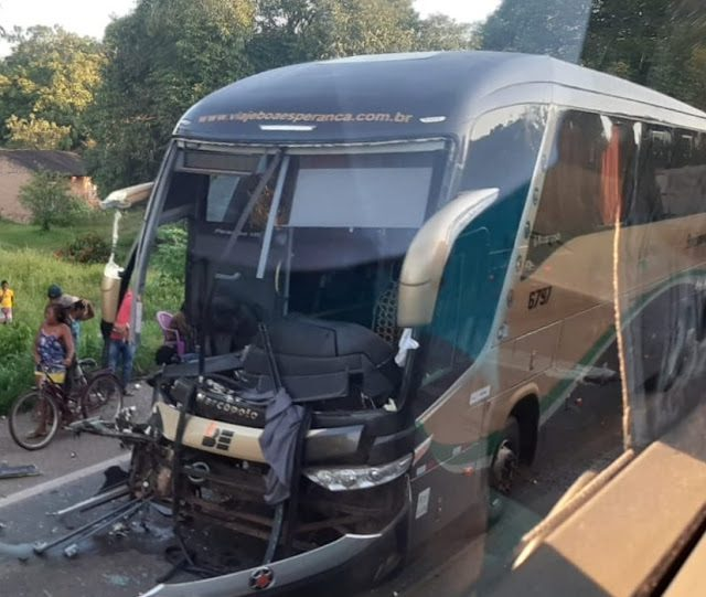 Colisão entre ônibus e caminhão deixa uma pessoa morta na BR-135
