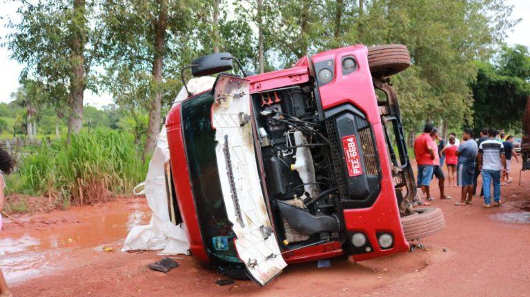 Carreta tomba ao tentar desviar de buracos na BR 316 em Zé Doca.