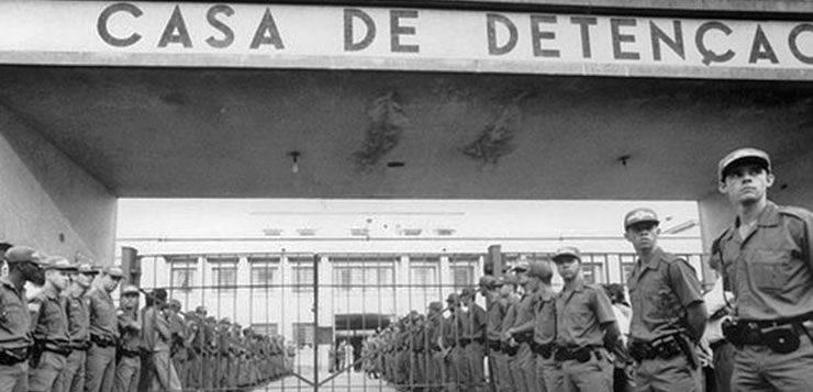 Policiais militares em frete a casa de detenção do Carandiru