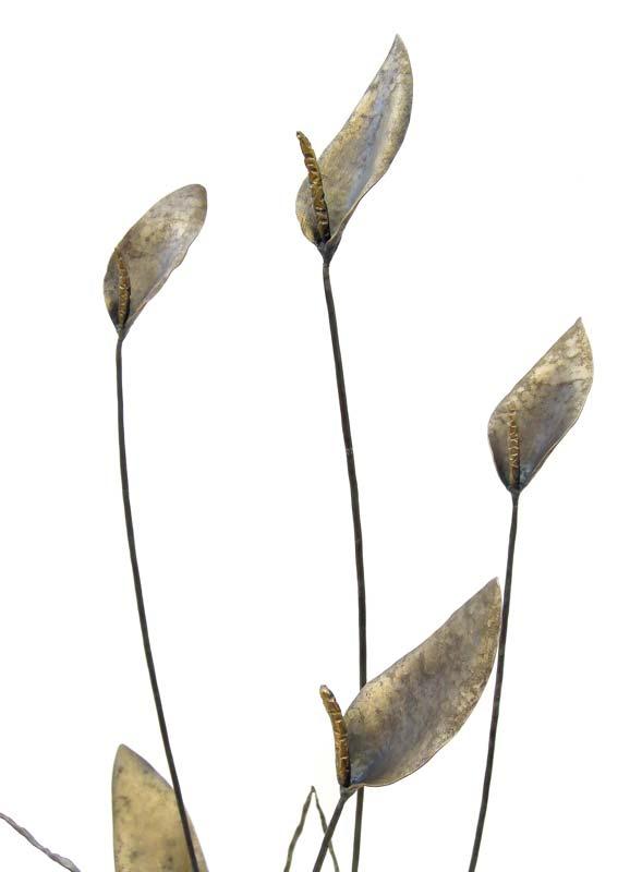 スパティフィラムのオブジェ スパティフィラムのスッキリした姿をモチーフにしたアイアンアート作品。 部分によりハンマートーンを変えて、仏炎苞は繊細に、葉は柔らかい印象になるよう作りました。 花部分のアップ写真です。真鍮ブラシで磨きこんで、うっすら真鍮がのっているのがわかります。