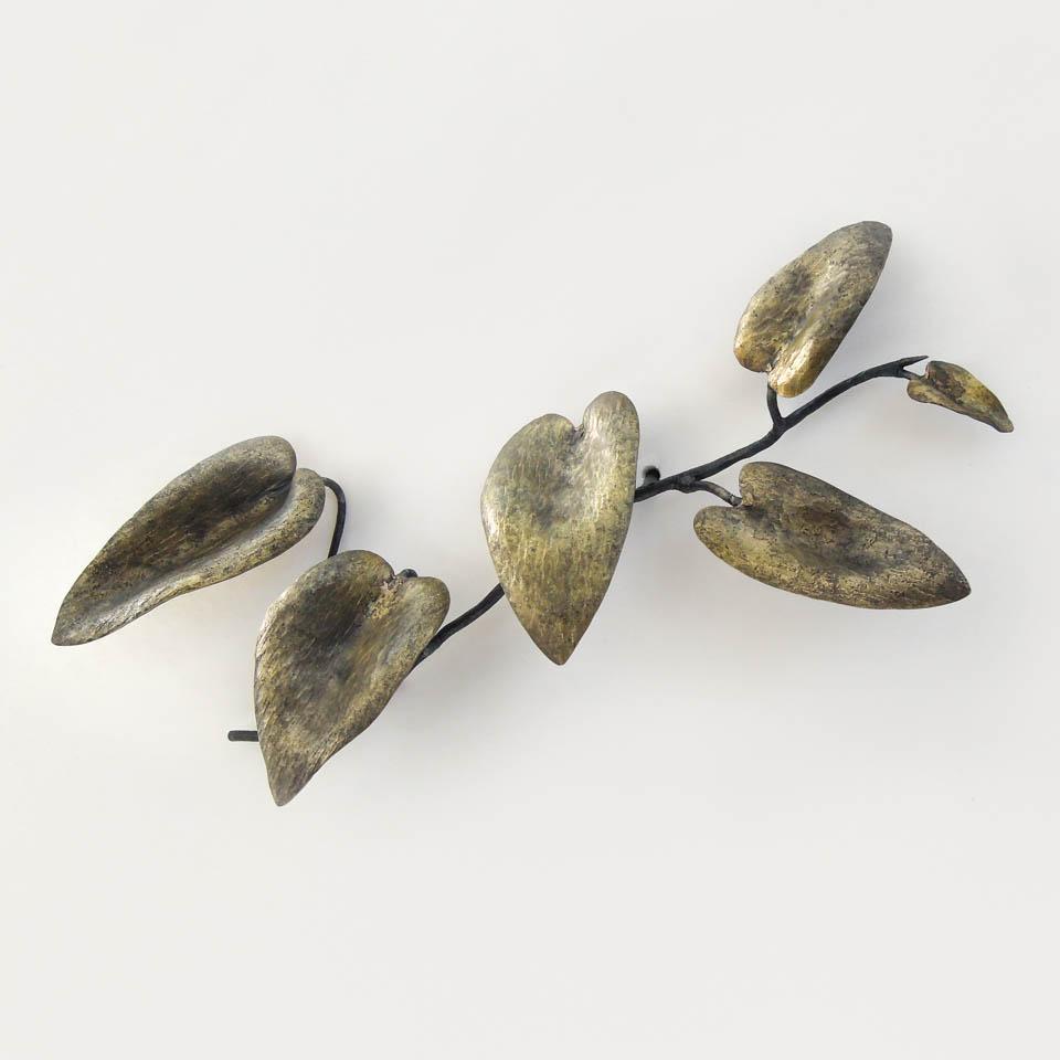 ツルハナナスのひと枝をスケッチした様な鍛鉄の彫刻です。枝が直接壁についている様な仕様で、とても軽やかな印象のアート作品になっています。 ツルハナナスの葉はとても柔らかいので、その柔らかさ頼りなささを、鉄で表現する様に苦心しました。