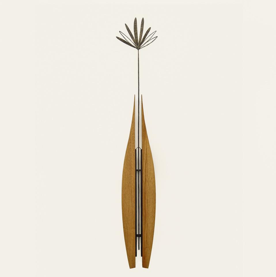 パピルスの形をデザイン化して、紡錘形に配置した木のパーツの間に添えました。全体写真。