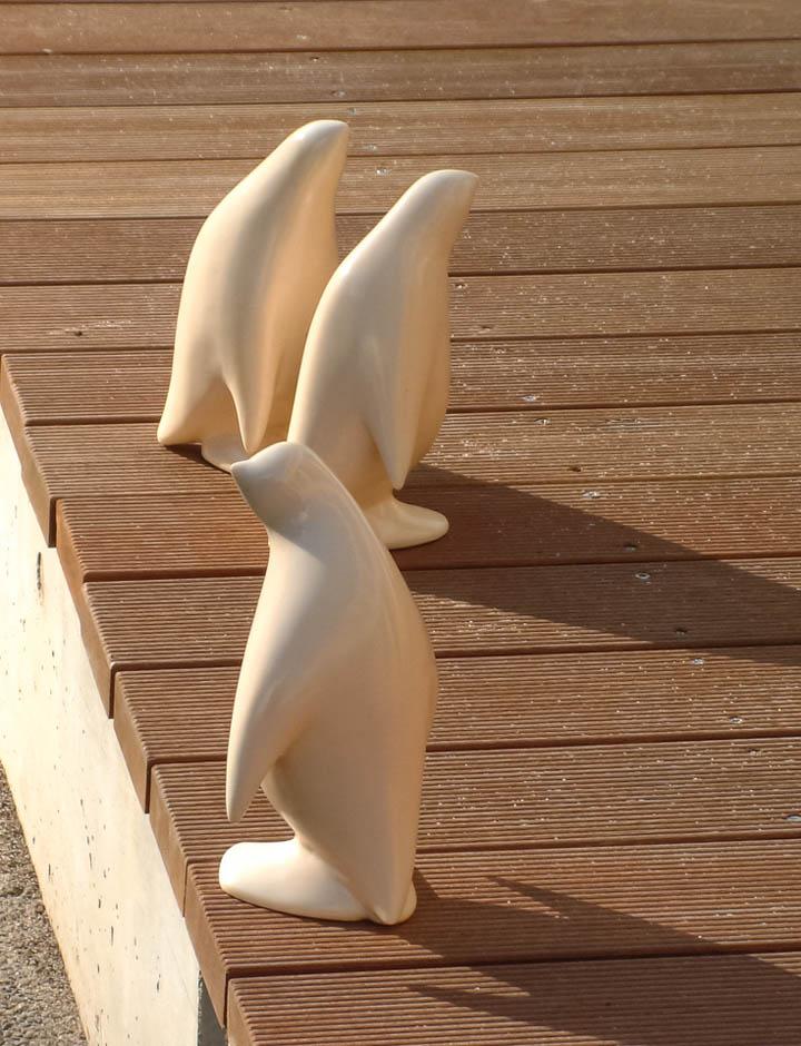 東京都稲城市マンション・ファインストーリアに設置になったペンギンのアートオブジェ「- P.Parade」の設置された様子です。ポリレジンでできており、陶器用の風合いの質感です。外構設置の様子。