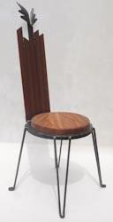 鉄を主体にし座面に木を使った小さなおしゃれなイス