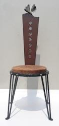 鉄を主体にし座面に木を使った小さなかわいいイス