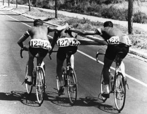 Knud Jensen ayudado por su equipo. Citius, Altius, Fortius