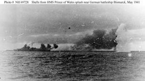 Proyectiles del Prince of Wales caen en el agua cercanos al Bismarck.