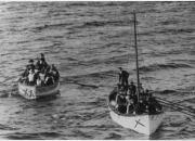 Botes salvavidas con supervivientes del Titanic se acercan al Carpathia