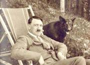 Adolf Hitler con Blondie, perros