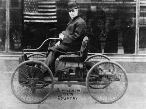 Henry Ford en su primer coche.