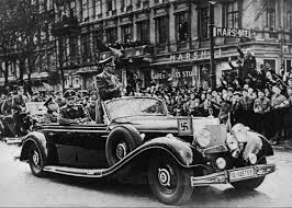 Hitler en uno de sus Mercedes Benz, el millonario