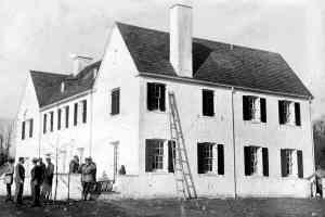 La residencia de los Lindbergh, y la escalera hallada.