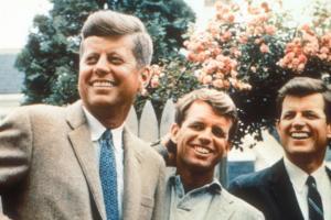 Bobby Kennedy con sus hermanos Joh, izquierda, y Edward, derecha