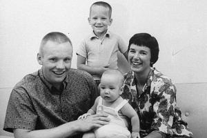 Neil y Janet Armstrong con sus hijos, Eric y Mark