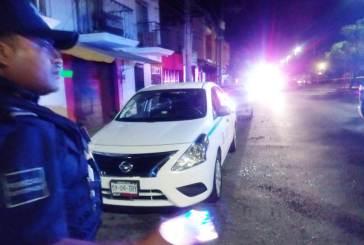 Balean taxi estacionado en Playa del Carmen; no hubo víctimas