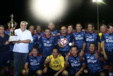 El regidor Valencia asiste a la final del torneo de fútbol 60 y más