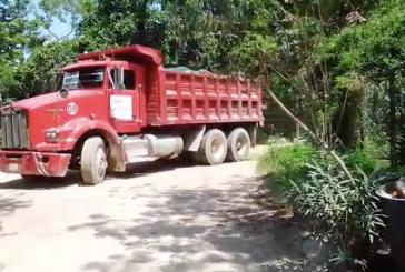 Se quejan vecinos de la Guadalupana por camiones que transportan material a Ciudad Mayakoba