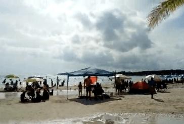 Aprovechan bañistas las playas antes de aplicarse el color Naranja