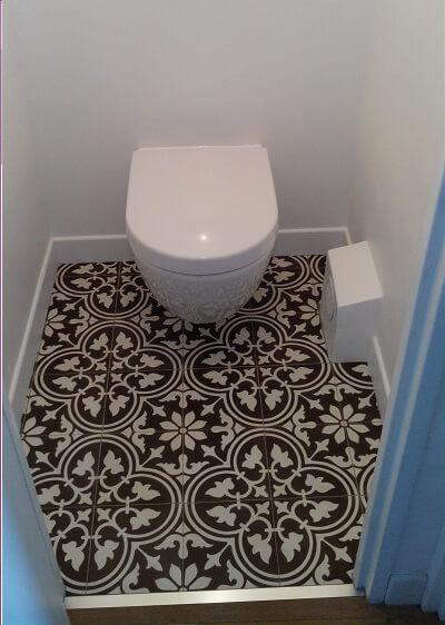 carreaux de ciment dans les toilettes