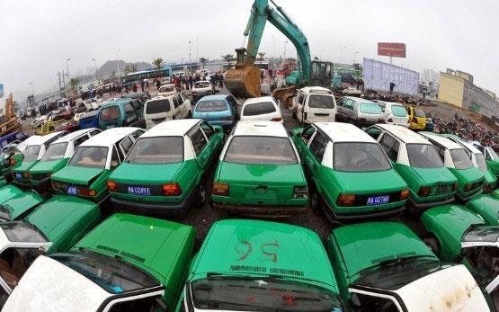 smashing-cars-Mass demolition of vehicles