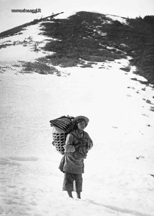 A porter on the mountain path to Latsa