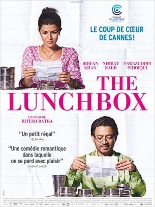"""Ila, une jeune femme de Bombay, délaissée par son mari, se met en quatre pour tenter de le reconquérir en lui préparant un savoureux déjeuner.  Elle confie ensuite sa """"lunchbox"""" au gigantesque service de livraison qui dessert toutes les entreprises de Bombay.  En réalité, la Lunchbox a été remise accidentellement à Saajan, un homme solitaire, proche de la retraite.  Comprenant qu'une erreur de livraison s'est produite, Ila glisse alors dans la lunchbox un petit mot, dans l'espoir de percer le mystère.  Film franco-indien de Ritesh Batra, sorti en France le 11/12/2013, avec Irrfan Khan, Nimrat Kaur, Nawazuddin Siddiqui et Denzil Smith.  LIRE LA CRITIQUE"""