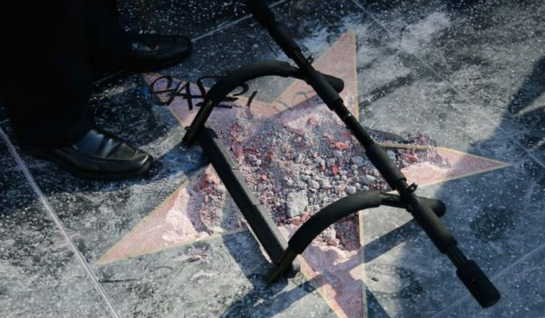 Cinegiornale.net distrutta-la-stella-di-donald-trump-sulla-walk-of-fame-video-600x350 Distrutta la stella di Donald Trump sulla Walk of Fame (video) Gossip News