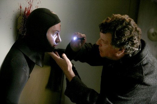"FRINGE: Walter (John Noble, R) examines a dead man trapped in a bank in the FRINGE episode ""Safe"" airing Tuesday, Dec. 2 (9:01-10:00 PM ET/PT) on FOX. ©2008 Fox Broadcasting Co. Cr: Craig Blankenhorn/FOX"