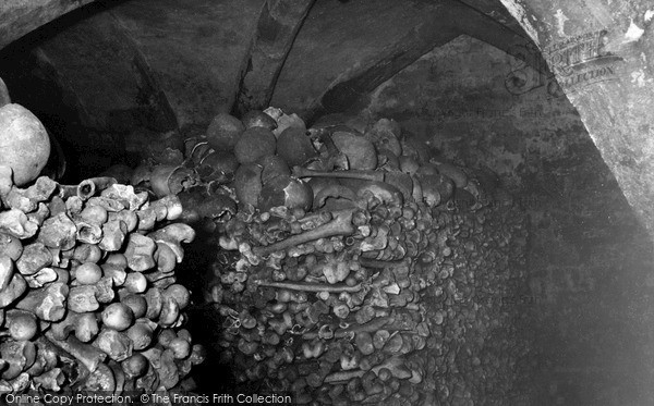 rothwell-holy-trinity-parish-church-the-ossuary-c1955_r322019