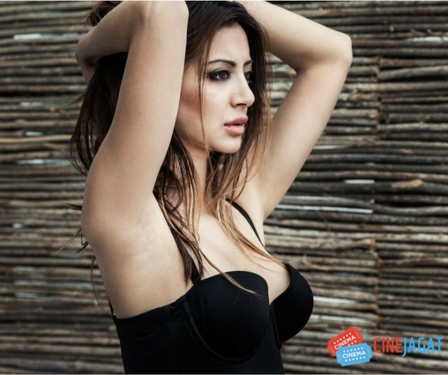 noureen dewulf hot & Sexy on maxim magazine coverpage
