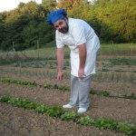 Lo chef Antonio nell'orto