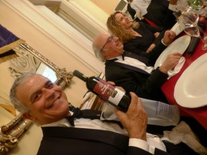 Marcello Murziani mostra il vino con l'etichetta del Lions Club Firenze Brunelleschi