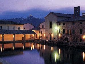 Bagno Vignoni loggiato di notte