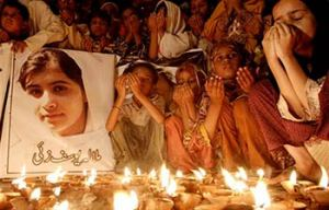 PAKISTAN people praying for a wounded Malala