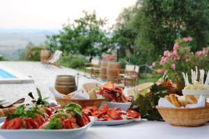 matrimonio in Toscana Fattoria del Colle aperitivi in piscina