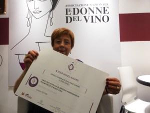 Mariangela Brosio Donna del Vino mostra il suo premio