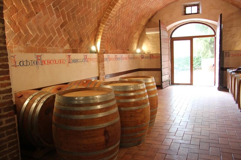 Botti-vecchie-che-escono-Fattoria-del-Colle-Toscana